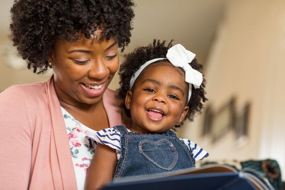 mãe-lendo-para-filha-e-conversando - Dra. Ana Escobar